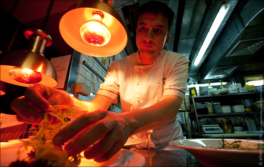 16) Интересно, что без проверки шеф-поваром ни одно блюдо не покинет пределов кухни.