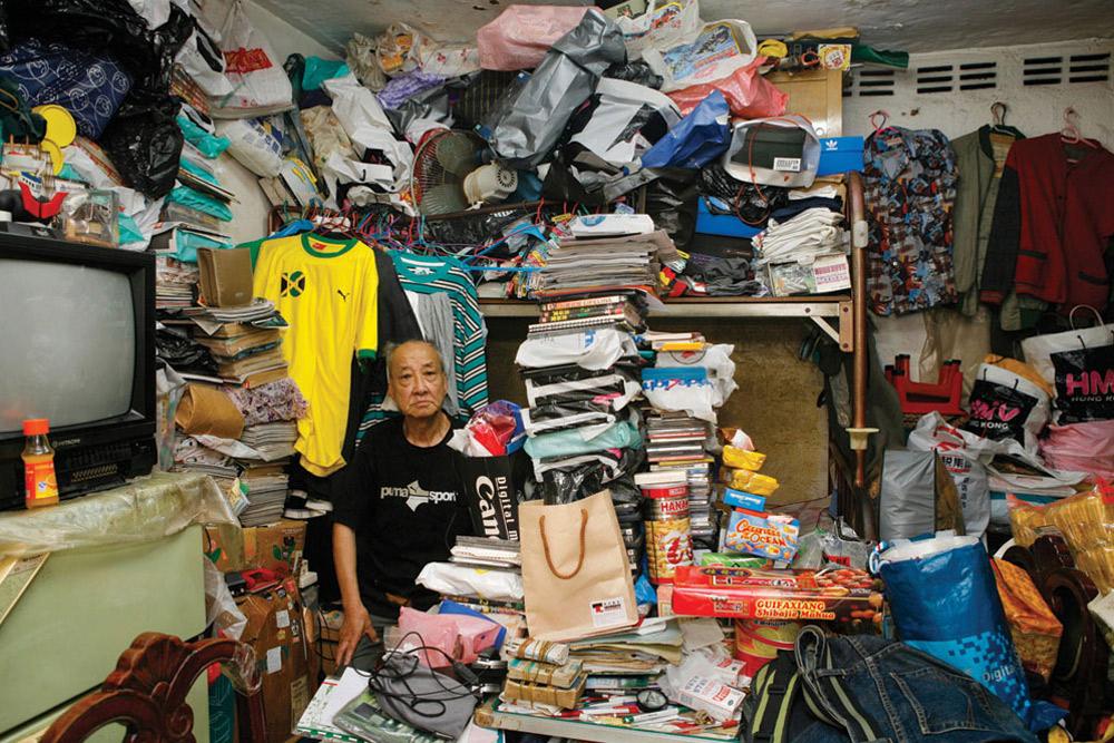 4. Сит Чи Люнгу 80 лет, 19 из них он прожил в Шек Кип Мей. Он работает в сфере обслуживания. На вопрос, что больше всего нравится в этом месте, не ответил. (Michael Wolf/ New York Times Lens)