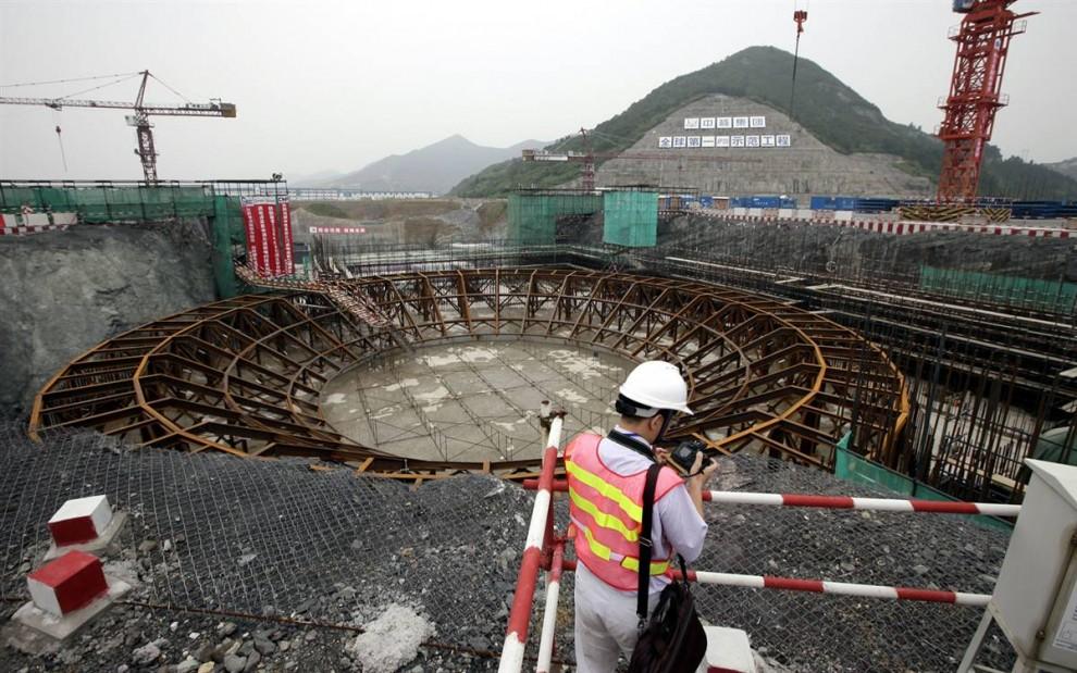 16. Китай запустил программу по получению экологически чистой энергии, начав строительство ядерных реакторов, как этот в провинции Чжэцзян. Хотя ядерные отходы и являются сами по себе источником загрязнения, ядерная энергия не производит парниковых газов. (Eugene Hoshiko / AP)