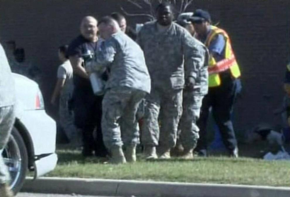 16. Персонал службы экстренной помощи несет жертву перестрелки на военной базе в Форт-Худ, Техас, в четверг. (DoD / Reuters)