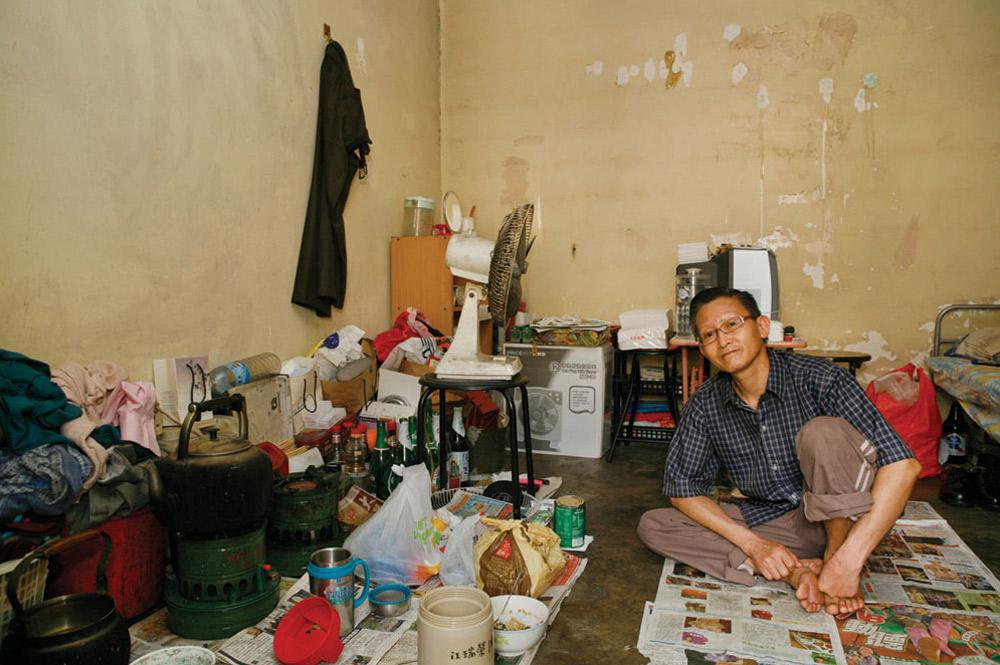 3. 59-летний Конг Шуи Винг живет в Шек Кип Мей 7 лет. Работает на заводе по производству электронных изделий. Больше всего в этом месте ему нравится низкая арендная плата и удобное месторасположение. (Michael Wolf/ New York Times Lens)