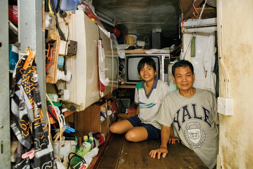 2. 13-летняя Мок Ка Куен (слева) с отцом прожила здесь всего месяц. Она учится  в школе, а в этом месте ей больше всего нравится «хороший вид». (Michael Wolf/ New York Times Lens)