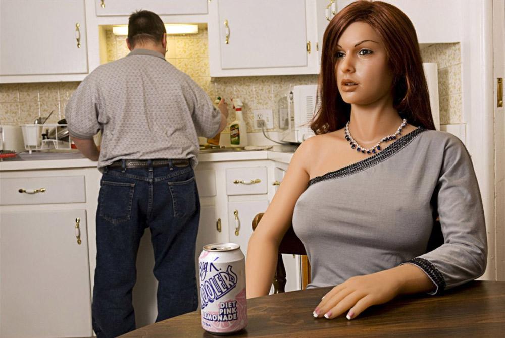 18. Матек моет посуду, пока Фиби — одна из его силиконовых подружек — отдыхает. Он купил Фиби в 2004 году, чтобы заполнить пустоту в жизни. «Она не из тех вещей, что можно купить и забросить в чулан. Жить с куклой — все равно, что заботиться об инвалиде. Вам приходится все делать за нее». Анатомически она отвечает всем стандартам нормальной женщины, но сексом они занимаются нечасто, признается Матек. «Она как плюшевый мишка». Ему нравится думать о Фиби, как о специальном агенте, как о девушке Бонда. «Она шикарна и довольно осторожна. Я одеваю ее только на фотосессии, потому что из нее получается отличная модель».