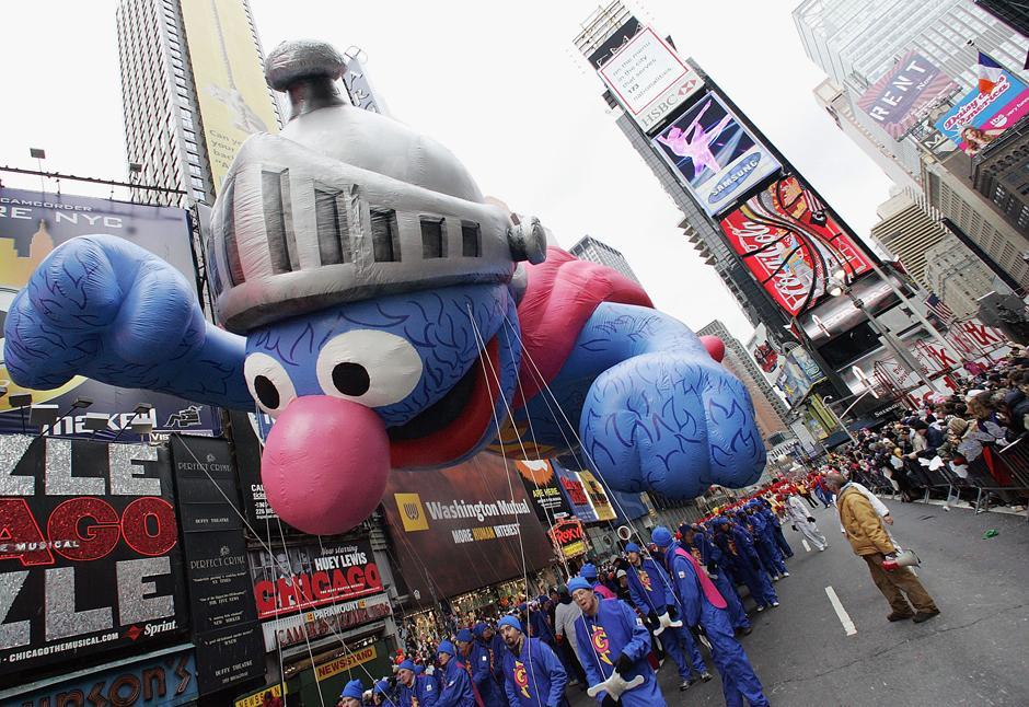 19. 24 ноября 2005: воздушный шар в виде Гровера из «Улицы Сезам» летит над Бродвеем на параде в честь Дня Благодарения в Нью-Йорке.