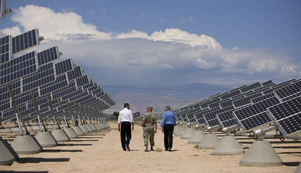 19. Президент США Барак Обама (слева) посетил базу ВВС в Лас-Вегасе, где находится крупная установка по выработке солнечной энергии. (Pool / Getty Images)