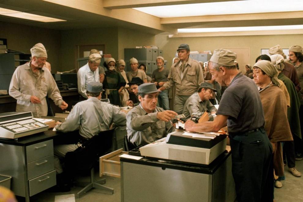 19. Название фильма 1973 года «Зеленый Сойлент» еще несколько лет после выхода фильма не сходило с уст. Чарлтон Хестон сыграл нью-йоркского детектива в мире, где человечество живет на продовольствии, в котором оказываются секретные и не совсем обычные ингредиенты. (Everett Collection)