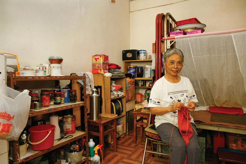 1. 58-летняя Юань Кин прожила в Шек Кип Мей 13 лет. Она уборщица. На вопрос, что больше всего нравится в этом месте, ответила: «Низкая аренда, хорошее проветривание и приятные соседи». (Michael Wolf/ New York Times Lens)