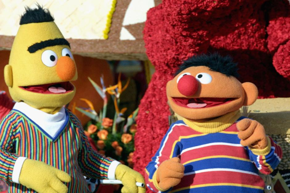 20. 1 января 2005: Берт и Эрни из «Улицы Сезам» едут на декорации «Музыка делает нас семьей» на 116-ом параде роз в Пасадене, Калифорния.