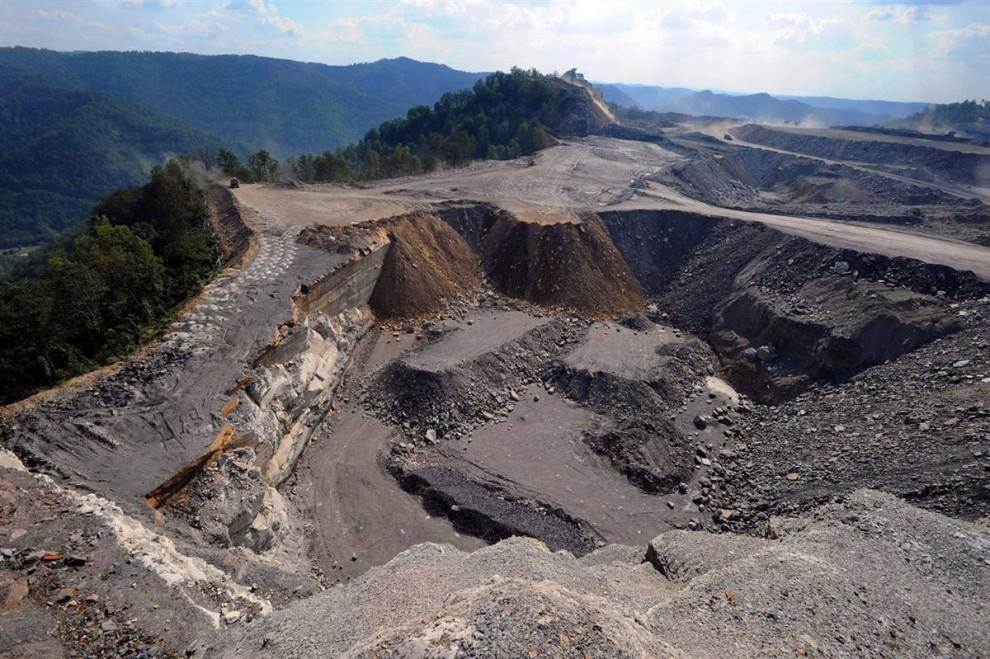 20. США по-прежнему полагаются на угольную энергию благодаря его распространенности и относительной дешевизне. Критики сообщают, что выбросы углекислого газа от сжигания угля просто огромны, и что процесс его добычи включает в себя удаление горных вершин – что и происходит на этом фото на горе Кэйфорд, Западная Вирджиния. (Jeff Gentner / AP)