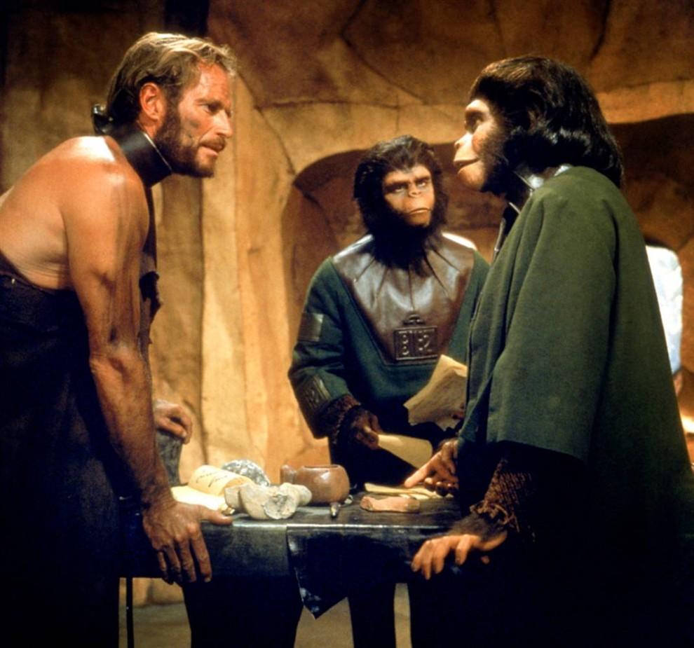 20. Звезда «Зеленого Сойлента» Чарлтон Хестон также снялся в фильме 1968 года «Планета обезьян». Он сыграл астронавта, оказавшегося на неизвестной планете, где людьми правят обезьяны. Статуя Свободы в фильме появляется в одной из самых классических и так часто пародируемых сцен. (Everett Collection)
