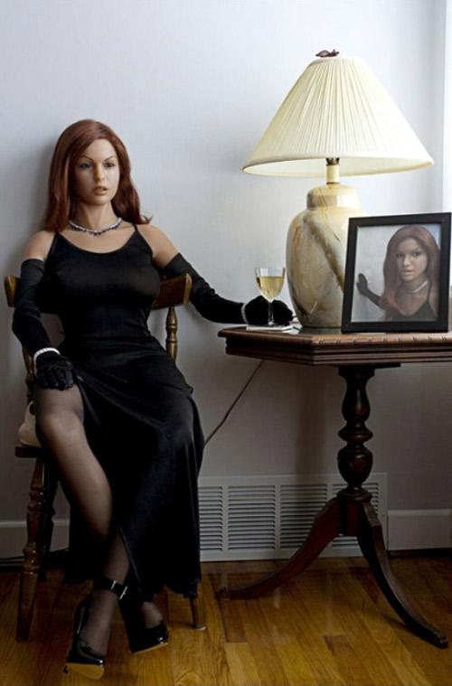 20. Одна из силиконовых кукол Матека — Фиби. «Иногда я одеваю ее в разные наряды и фотографирую, потому что она отличная модель».