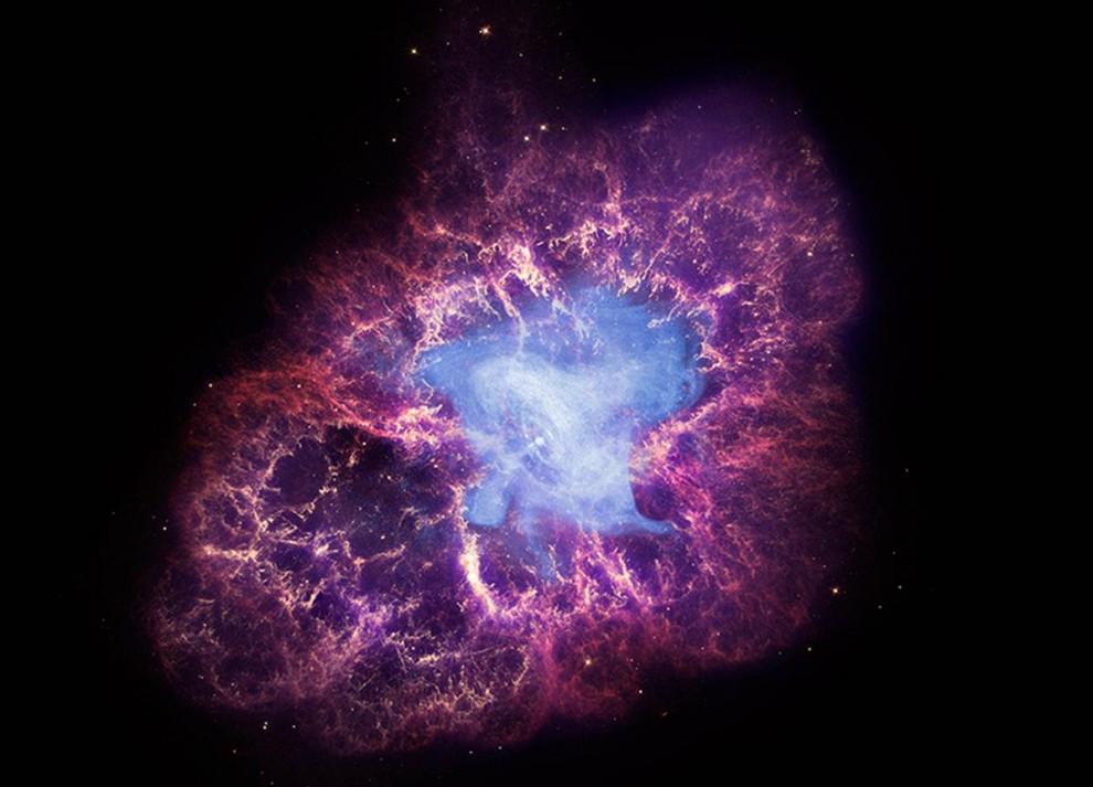21. Восхитительная смерть звезды в созвездии Тельца было видно на Земле, эта звезда была сверхновой в 1054 году. Теперь, почти тысячелетие спустя, суперплотная нейтронная звезда, оставшаяся от взрыва, сама извергает бурю высокоэнергичных частиц в засоренное поле, известное как Туманность Краба. Этот сложный снимок, опубликованный 23 ноября, сочетает изображение телескопа «Чандра» (на снимке голубое) с данными видимого излучения, полученными с телескопа «Хаббл» (красные и желтые), а также с данными телескопа «Спитцер» (фиолетовые). (NASA/CXC/SAO)