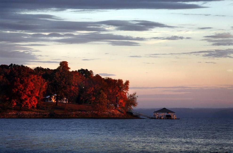 21. Солнце встает над озером Кентукки недалеко от Нью-Кончорд в округе Кэллоуэй, штат Кентукки. (Allie Garza/2009 Mountain Workshops)