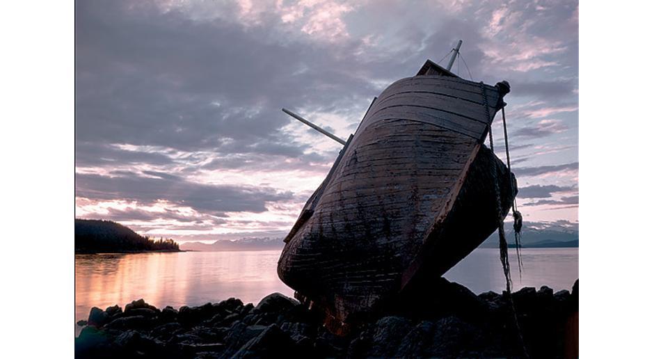 8) Разбитое судно на берегу в Солт-Чако, рядом с Джуно, штат Аляска, 1948