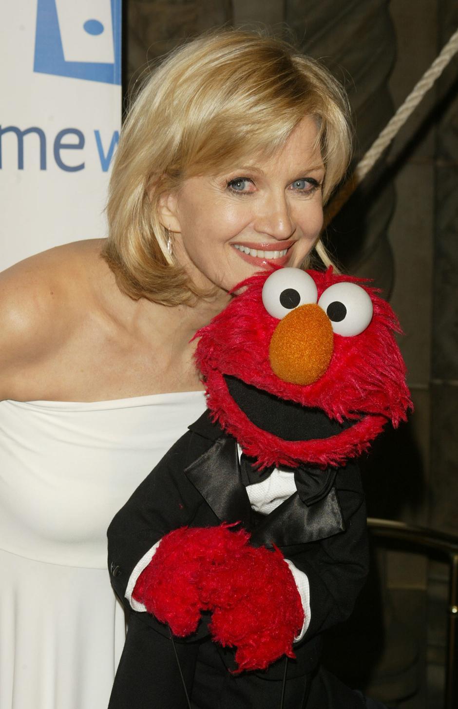 21. 2 июня 2004: Дайан Сойер с телеканала ABC и Элмо на втором гала-концерте организации «Sesame Workshop» в Нью-Йорке.