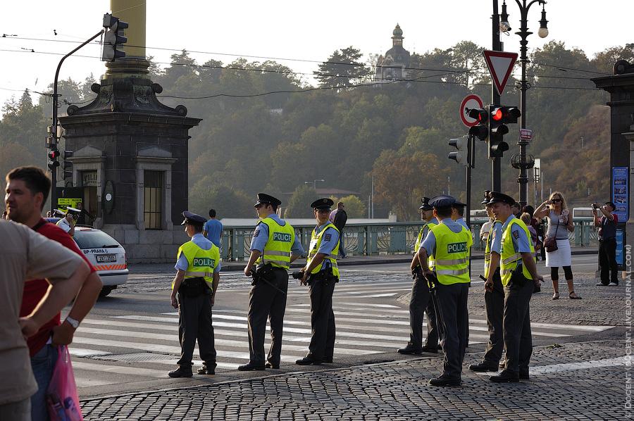 23) И завершает митинг небольшой отряд полицейских. Трам-пам-па-пам.