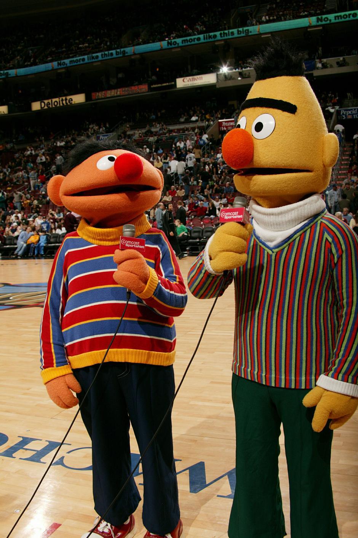 23. 6 марта 2004: Берт и Эрни из «Улицы Сезам» пришли поболеть за «Philadelphia 76ers»  матче против «Chicago Bulls» в центре Ваховия в Филадельфии, штат Пенсильвания.