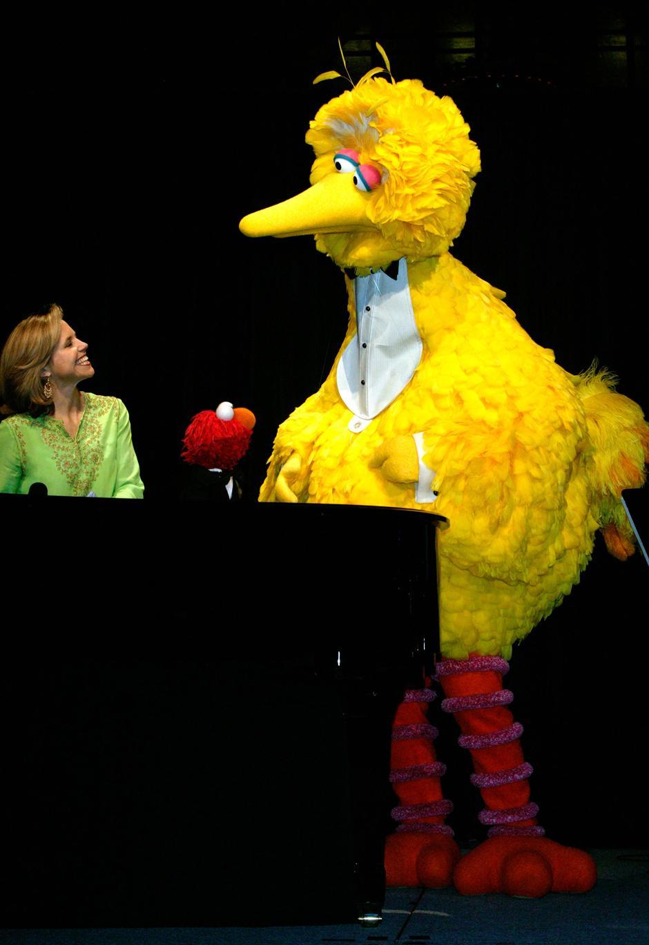 24. 4 июня 2003: американская журналистка Кэти Курик, Элмо и Большая Птица на гала-концерте в честь 35-летия организации «Sesame Street Workshop» в Нью-Йорке.