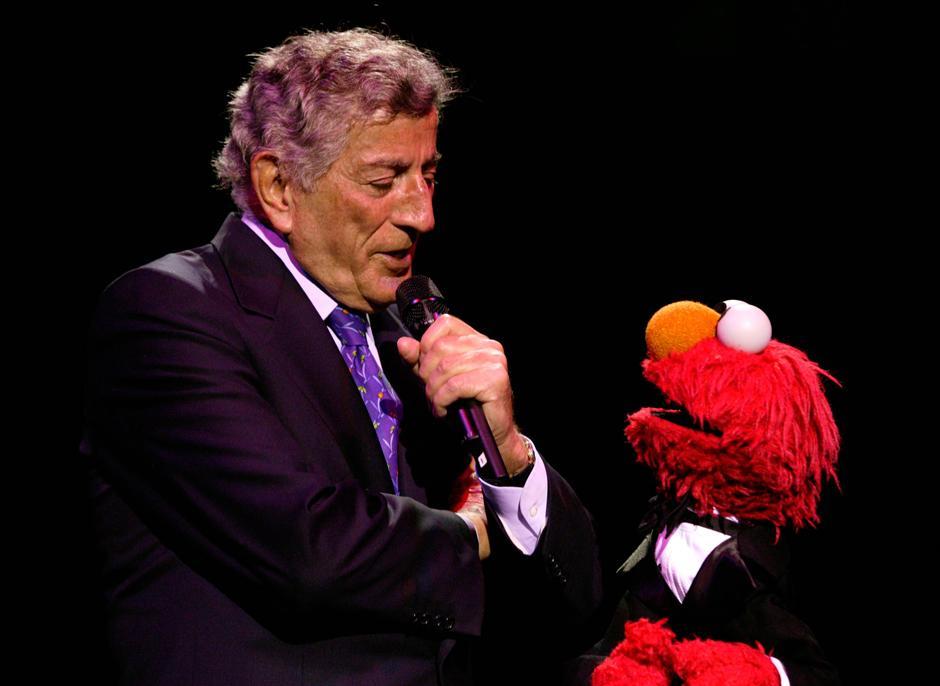 25. 4 июня 2003: певец Тони Беннет и Элмо выступают вместе на гала-концерте в честь 35-летия организации «Sesame Street Workshop» в Нью-Йорке
