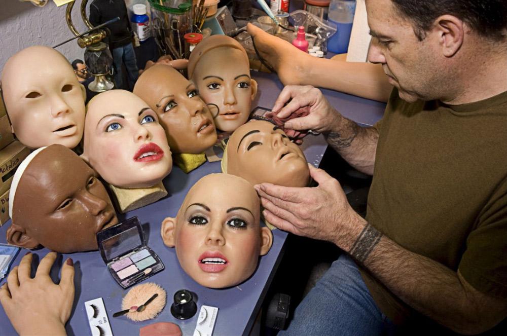 26. «Куклы — это всего лишь хобби. Все владельцы кукол, которых я встречал, нормальные люди. Мы своего рода сообщество любителей кукол. Мы любим свои куклы, но не обманываем себя, — говорит Матек, один из владельцев кукол.