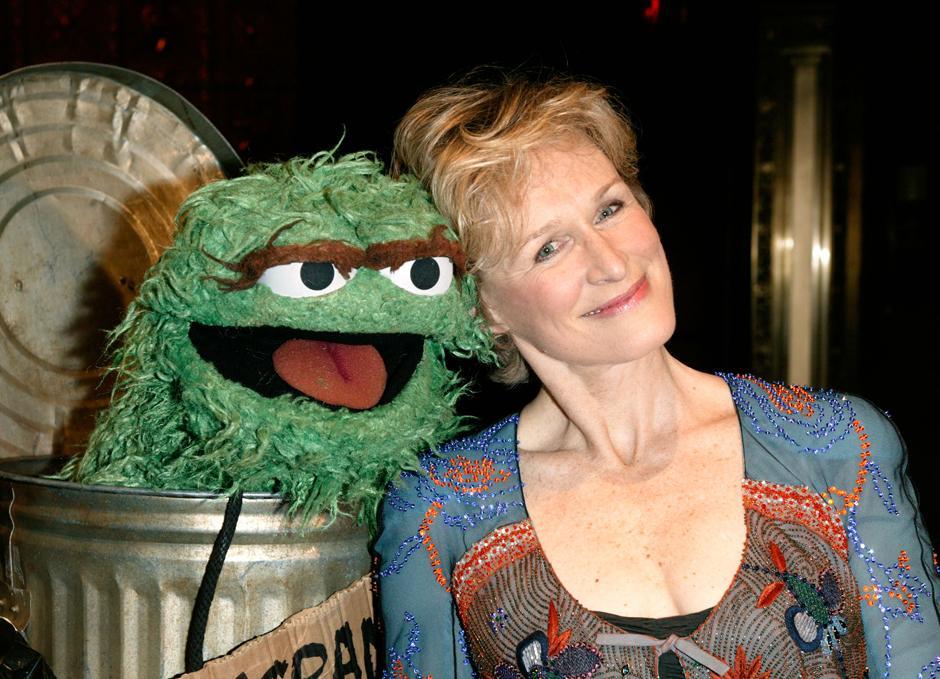 26. 4 июня 2003: актриса Гленн Клоуз и Оскар на гала-концерте в честь 35-летия организации «Sesame Street Workshop» в Нью-Йорке.