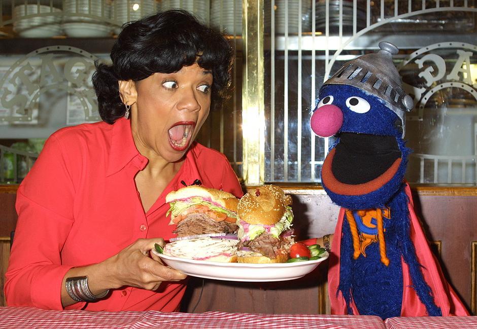 30. 27 февраля 2002: актриса Соня Манзано, которая играет Марию в «Улице Сезам», и Гровер представляют публике новый сэндвич «супер Гровер» в честь 4000-ой серии шоу «Улица Сезам» в Нью-Йорке.