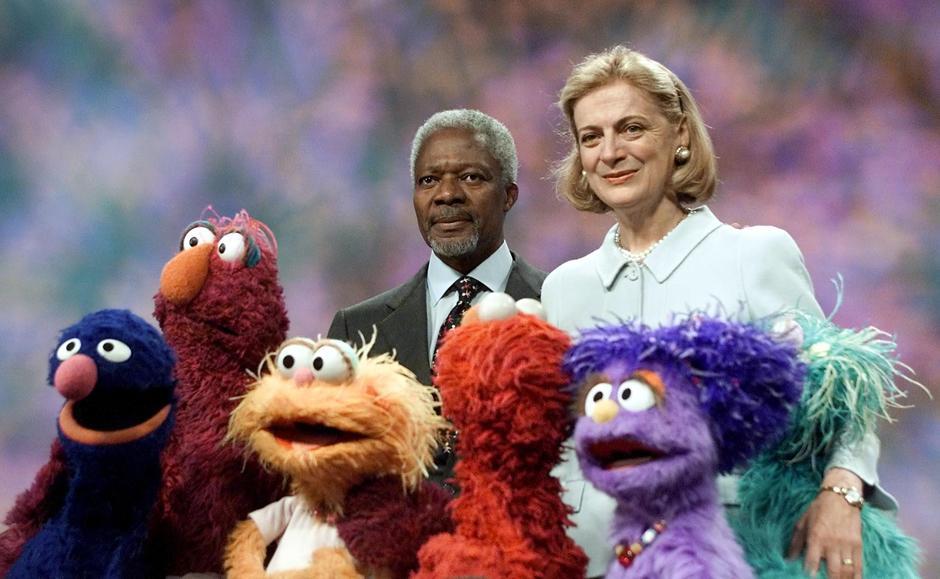 31. 6 декабря 2001: секретарь ООН генерал Кофи Аннан и его супруга Нане позируют для фото с персонажами «Улицы Сезам» после записи очередной серии в Нью-Йорке. В шоу мистер Аннан разжигает среди персонажей спор, кто будет петь алфавит.
