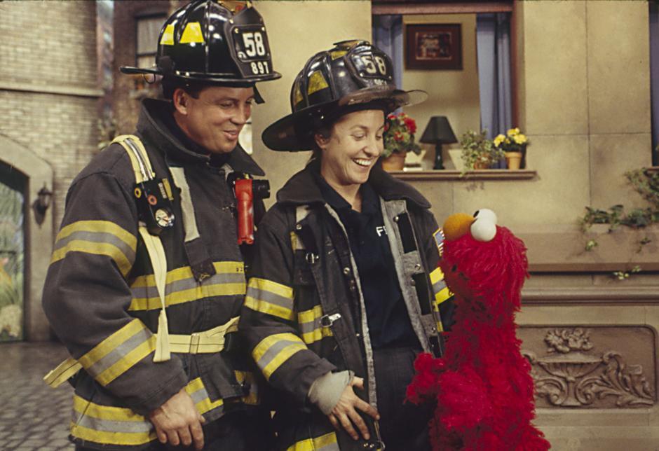 32. 2001: после выхода фильма «9/11» в шоу «Улица Сезам» вышла серия, в которой Элмо испугал пожар в магазине Хупера, и в серии появились настоящие пожарные из Нью-Йорка, чтобы помочь маленьким зрителям справиться со своими страхами.