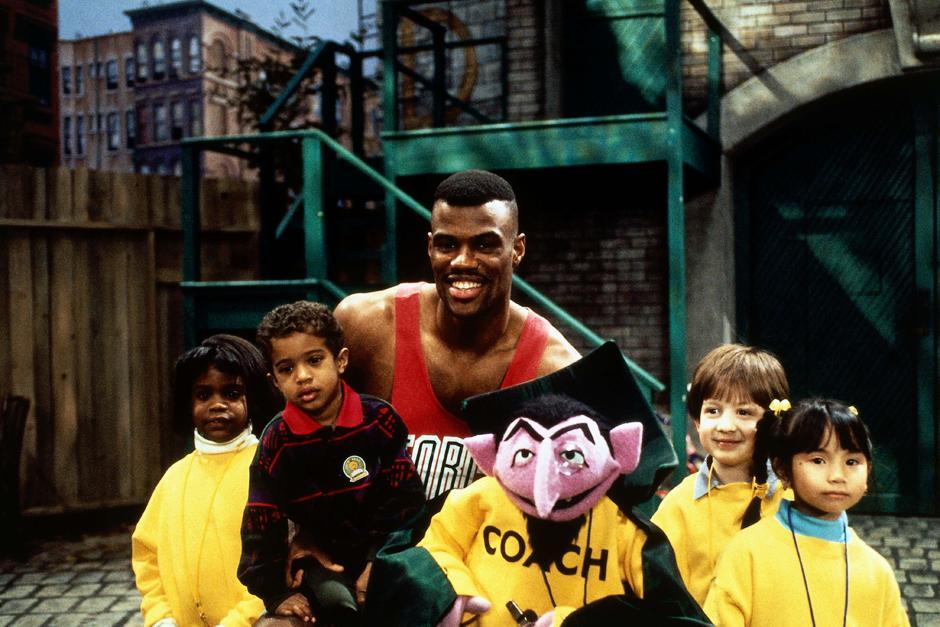 33. 11 декабря 1995: Дэвид Робинсон (№50) из команды «San Antonio Spurs» в одной из серий «Улицы Сезам» в Нью-Йорке.