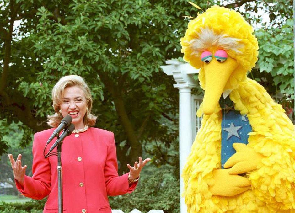 34. 26 июня 1995: первая леди Хиллари Клинтон разговаривает с Большой Птицей на мероприятии в честь общественного вещания телешоу в «Скульптурном саду» Белого Дома.