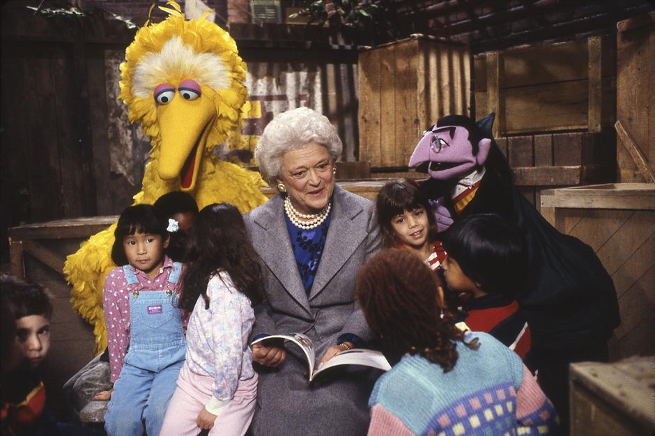 35. Бывшая первая леди США Барбара Буш читает актерам шоу «Улица Сезам».