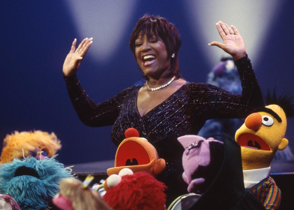 36. Легенда музыкальной сцены Пэтти Лабелль и персонажи «Улицы Сезам» поют хором.