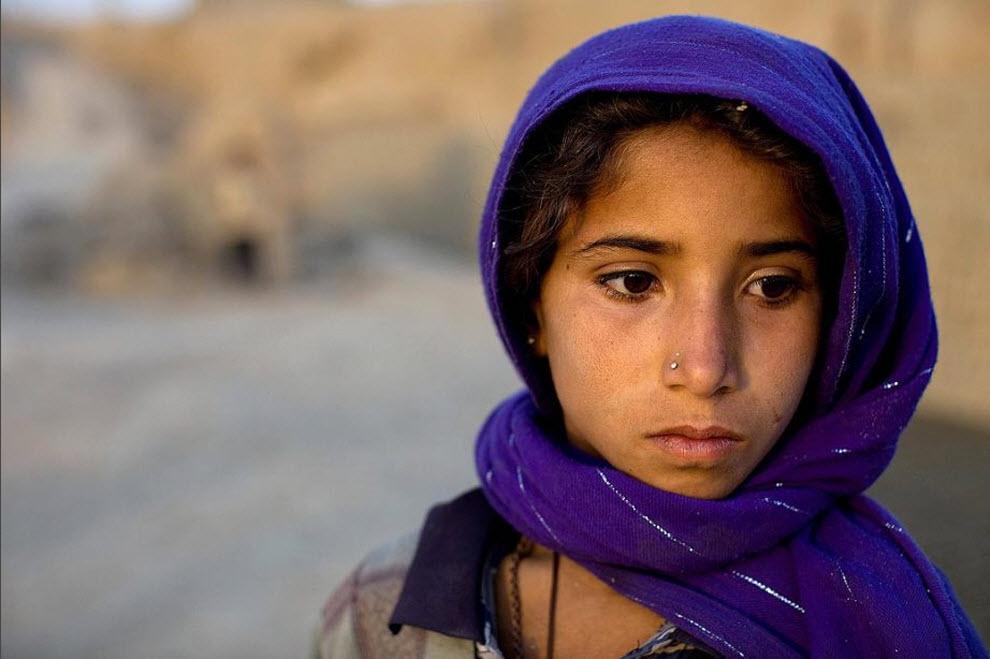6. 8-летняя Шаджахан отдыхает от работы, которая заключается в изготовлении кирпичей вручную. (Paula Bronstein, Getty Images)
