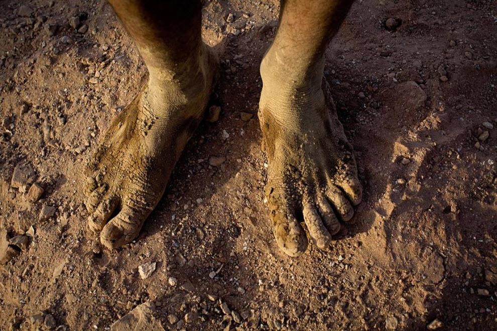 9. Афганский рабочий смешивает глину ногами. (Paula Bronstein, Getty Images)