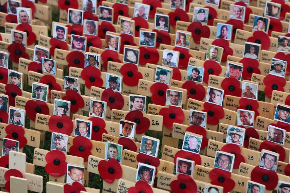 1. Кресты памяти солдатам, погибшим в Афганистане, установлены у Вестминстерского аббатства после воскресной службы в память о погибших 8 ноября в Лондоне. В этом году исполняется 70 лет со дня начала Второй мировой войны, и в День Памяти Великобритания чтит своих ветеранов, а также тех, кто отдал свои жизни в текущих боевых действиях. (Dan Kitwood/Getty Images)
