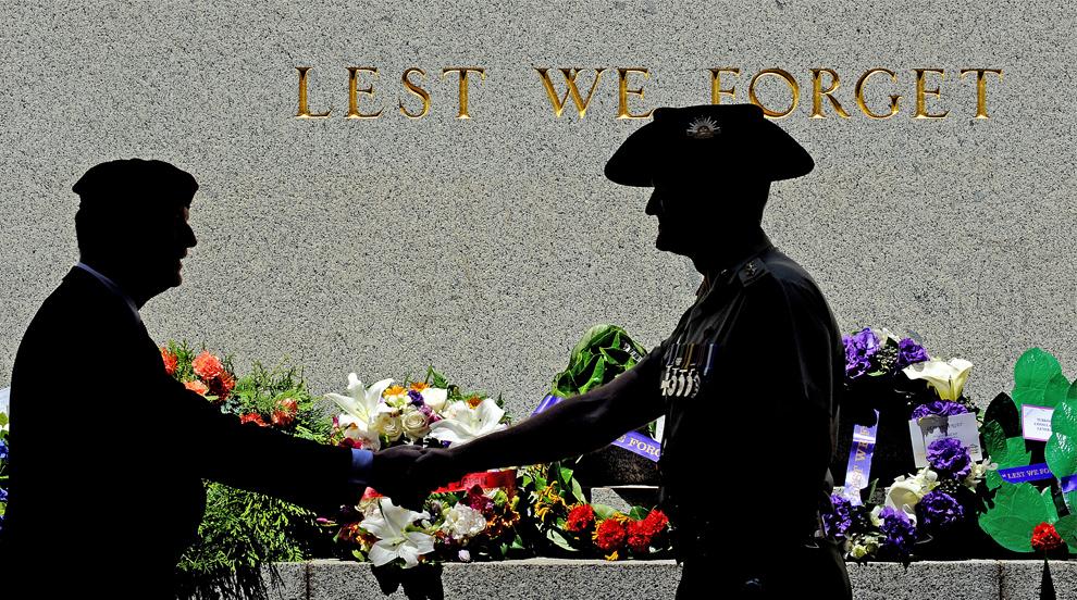 5. Участники поминальной службы в День Памяти в Сиднее обмениваются рукопожатием перед памятником неизвестному солдату 11 ноября 2009 года. (GREG WOOD/AFP/Getty Images)
