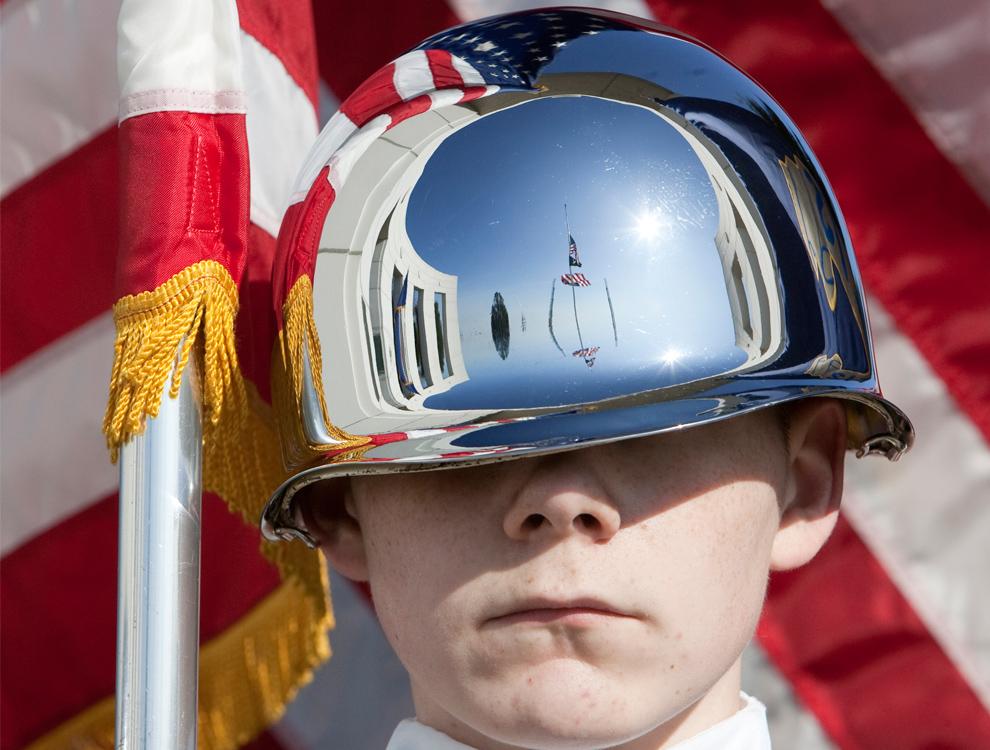 9. Неизвестный член почетного караула корпуса вневойсковой подготовки младших офицеров резерва принимает участие в церемонии Дня Ветеранов в Омахе, штат Небраска, в среду 11 ноября 2009 года. (AP Photo/Nati Harnik)