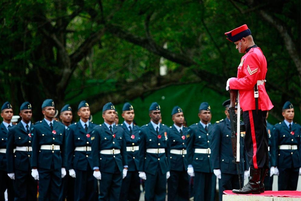 11. Солдат склонил голову на церемонии Дня Памяти, также известного как День маков, чтобы почтить память военнослужащих и гражданских, погибших на войне, в Коломбо, Шри-Ланка, 8 ноября 2009 года. (REUTERS/Stringer)