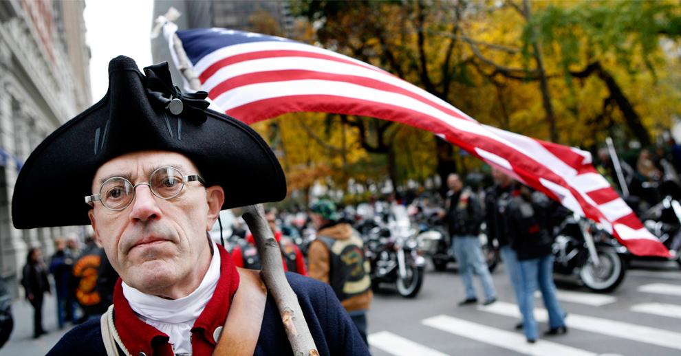 12. Человек в костюме солдата времен войны за независимость США на параде Дня Ветеранов в Нью-Йорке 11 ноября 2009 года. (REUTERS/Shannon Stapleton)