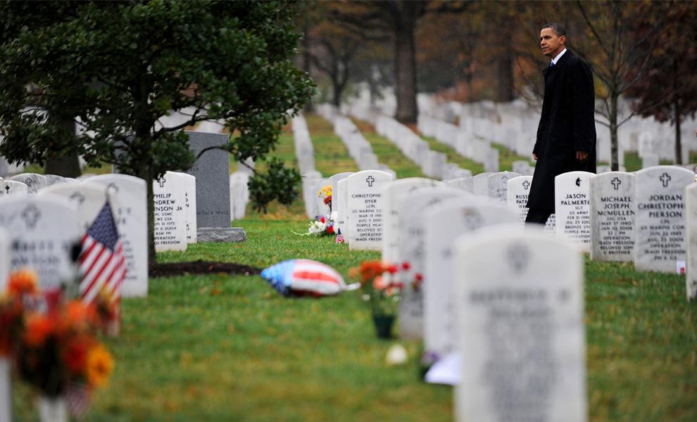 14. Президент США Барак Обама идет по секции 60, где покоятся погибшие в Ираке и Афганистане, после церемонии в честь Дня Ветеранов у могилы Неизвестного солдата 11 ноября 2009 года на Национальном Арлингтонском кладбище, штат Виржиния. (TIM SLOAN/AFP/Getty Images)
