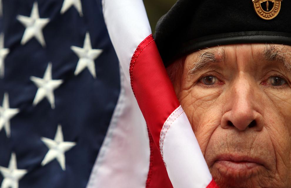 15. Ветеран армии США, принимавший участие в Корейской войне и ассистент при знамени из племени чероки Фрэнк Сквиррел перед началом ежегодного парада в честь Дня Ветеранов 11 ноября 2009 года в Нью-Йорке. (Mario Tama/Getty Images)