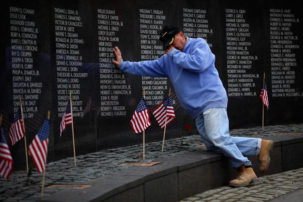 17. Ветеран Марио Морроне из Филадельфии отдает дань уважения своим друзьям, погибшим во Вьетнаме, у мемориала в Филадельфии, Пенсильвания, в среду 11 ноября 2009 года. (AP Photo/Matt Rourke)