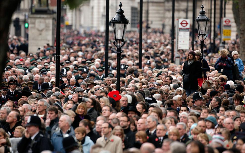 21. Зрители на воскресной поминальной службе в честь Дня Памяти в Уайтхолле в Лондоне 8 ноября 2009 года. (SHAUN CURRY/AFP/Getty Images)