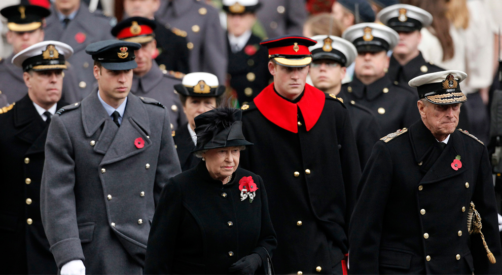 22. Королева Елизавета Вторая (в центре) прибыла к Памятнику неизвестному солдату с членами британской королевской семьи (слева направо) принцем Эндрю, принцем Уильямом, принцессой Анной, принцем Гарри и герцогом Эдинбургским (справа) на воскресной службе в честь Дня Памяти в Уайтхолле в Лондоне 8 ноября 2009 года. (SHAUN CURRY/AFP/Getty Images)