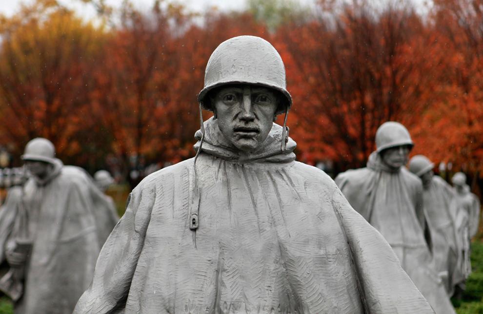 24. Мемориал Корейской войны под дождем в День Ветеранов в Вашингтоне, округ Колумбия, в среду 11 ноября 2009 года. (AP Photo/Jacquelyn Martin)