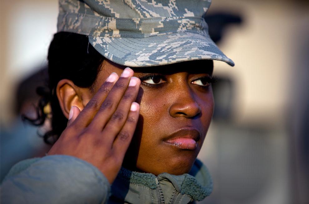 25. Американский солдат отдает честь на церемонии в честь Дня Ветеранов 11 ноября 2009 года в лагере Эггерс 11 ноября 2009 года в Кабуле. (Paula Bronstein /Getty Images)