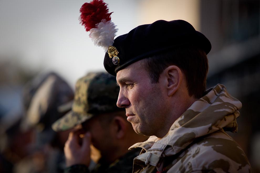 26. Британский солдат молится во время минуты молчания на церемонии в честь Дня Ветеранов в лагере Эггерс 11 ноября 2009 года в Кабуле. (Paula Bronstein /Getty Images)