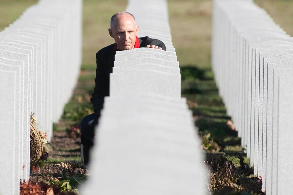29. Мужчина у могилы на Национальном военном кладбище в День Памяти в Оттаве, Канада, в среду 11 ноября 2009 года. (AP Photo/The Canadian Press, Pawel Dwulit)