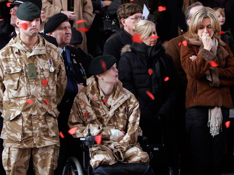 33. 18-летний стрелок-пехотинец Крейг Вуд (в центре) из Донкастера, Великобритания, на церемонии в честь Дня Памяти у памятника Менин Гейт в Ипре, Бельгия, в среду 11 ноября 2009 года. Вуд был ранен в Афганистане в результате взрыва бомбы. Он единственный выживший из трех человек, которые лишились на войне трех конечностей. Слева от него стоит пехотинец Алекс Бауэр. (AP Photo/Virginia Mayo)