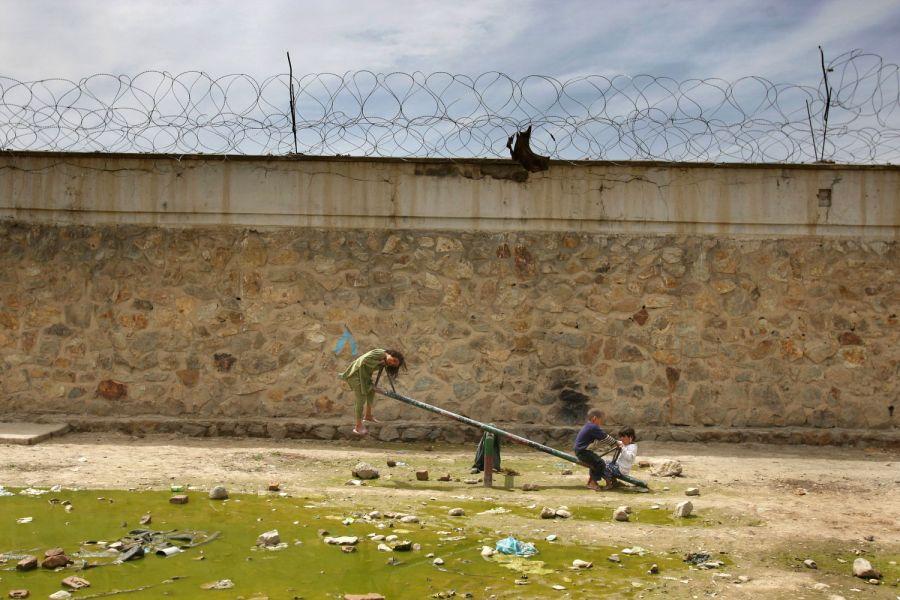 2) Джамиля, слева, катается на качелях с детьми других женщин-заключенных в тюремном дворе тюрьмы Пул-и-Чаркхи в Кабуле 17 апреля 2008. 7-летняя Джамиля и ее мать, Наджиба, которая сейчас отбывает семилетний приговор за супружескую измену, провели в тюрьме уже 10 месяцев. (AP Photo/David Guttenfelder)